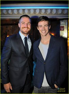 Stephen Amell (Arrow) & Grant Gustin (The Flash) O Flash, Flash Arrow, Stephen Grant, Oliver Queen Arrow, Arrow Tv Series, Stephen Amell Arrow, The Flash Grant Gustin, Dc Tv Shows, Supergirl And Flash