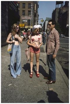 Jodie Foster and Robert De Niro on the set of Martin Scorsese – Taxi Driver 1976 Jodie Foster, 60s And 70s Fashion, Retro Fashion, Vintage Fashion, Seventies Fashion, Fashion Music, Nyc Fashion, Fashion History, Fashion Tips