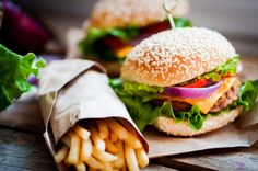 It's no secret that fast food isn't healthy. But, is there another reason to avoid eating fast food? Can fast food increase inflammation? Fast Food Diet, Fast Healthy Meals, Healthy Snacks, Healthy Eating, Diet Foods, Menu Hamburger, Eating Gif, American Fast Food, Meals Under 500 Calories