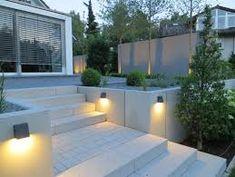 Modern garden on the hillside - Garden Design Ideas Front Yard Patio, Front Yard Decor, Front Yard Landscaping, Sloped Backyard, Sloped Garden, Garden Front Of House, House Front, Hillside Garden, Terrace Garden