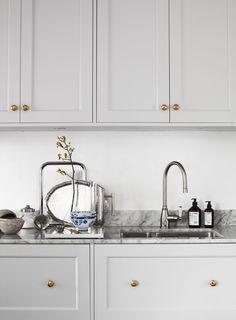 Install an interior door in 5 steps - HomeDBS Classic Kitchen, Rustic Kitchen, New Kitchen, Kitchen Dining, Kitchen Decor, Kitchen Cabinets, Kitchen Interior, Interior Design Living Room, Living Room Decor