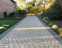 20+ Best Driveway Ideas and Designs On A Budget (With Pictures) 2021 Driveway Blocks, Resin Driveway, Driveway Ideas, Driveway Paving, Modern Driveway, Driveway Design, Natural Landscaping, Front Yard Landscaping, Indoor Garden