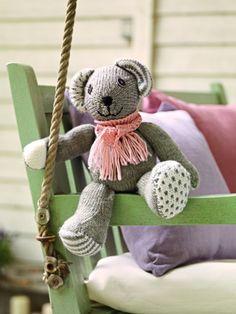 Diese süße Strickmaus aus Schurwolle müssen Sie einfach haben? Kein Problem! Mit dieser Strickanleitung können Sie das Tierchen einfach nachstricken.