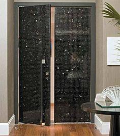O designer de interiores Fernando Piva deu um toque especial à porta pivotante do apartamento: revestiu a peça com pastilhas de chifre (Empório Beraldin). Cada folha tem 0,70 x 2,30 m. Puxador da Pado.*