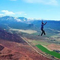 Quer voar? Abra mão dos seus limites!  @scottthehut #slackclick #slackline #highline #cadena #montanha #conquista #evolução #petertosh #utah #usa