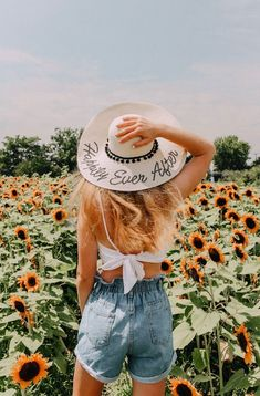 Sunflower Fields Forever Sunflower Feild, Sunflower Field Pictures, Sunflower Pics, Sunflower Field Photography, Cute Photography, Photoshoot Inspiration, Summer Photoshoot Ideas, Picture Outfits, Insta Photo Ideas