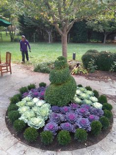 39 Tricks Flower Bed Ideas to Beautify Front Yard Landscape Flower beds may also be changed as time continues on or as space permits. Landscaping Around Trees, Front Yard Landscaping, Landscaping Ideas, Flower Landscape, Landscape Design, Succulents Garden, Planting Flowers, Flower Gardening, Beautiful Gardens