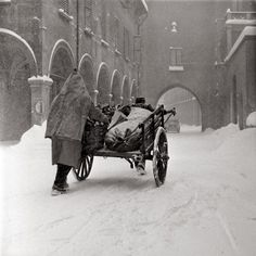 """Che neve!  (foto tratta da """"Bologna e  le festività di Natale 1950-2010"""" La Repubblica Bologna)"""