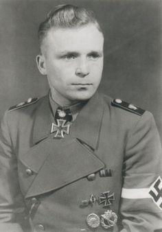 https://flic.kr/p/qG12Tu | Le Waffen-SS Gerhard Hein dans un uniforme peut conventionnel | Il est important de noter que Gerhard Hein, membre de la SS-HJ porte ici le Croix de Chevalier de la Croix de Fer gagnée en 1942 comme Kompanieführer of 5./Inf. Rgt. 209 près de Demiansk (Union Soviétique).  Il gagna sa Croix de Chevalier en 1940 pendant la campagne de France comme Führer du 10./Inf. Rgt. 220.   Il a aussi été inspecteur général du Wehrertüchtigungslagern (camps d'entraînement pour ...
