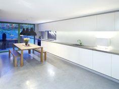 0-carrelage-effet-beton-dans-la-cuisine-de-style-moderne-minimaliste-avec-meubles-blancs Basement Stairs, Kitchen And Bath, Home Remodeling, Dining Bench, New Homes, Flooring, House, Furniture, Inspiration