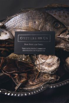 Corporate identity project for an oyster´bar, covering art direction, photography, brand design, packaging & web.