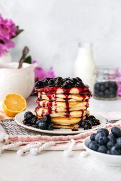 Lemon Ricotta Pancakes with Blueberry Sauce What's For Breakfast, Breakfast Items, Breakfast Dishes, Breakfast Recipes, Vegan Breakfast, Perfect Pancake Recipe, Salted Caramel Popcorn, Lemon Ricotta Pancakes, Blueberry Sauce