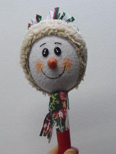 Maraca Navideña con motivo muñeco de nieve. Easy Crafts For Kids, Easy Diy Crafts, Kid Crafts, Snowman, Christmas Ornaments, Holiday Decor, Simple, Home Decor, Accent Pillows