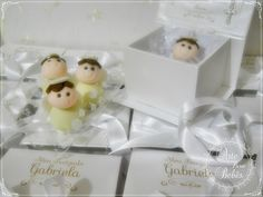💜👼💜As caixas em cartonagem com cobertura perolizada e impressão a laser da Arte para Bebês são encantadoras!! (Foi a mamãe que disse!)  São perfeitas para acomodar lembranças, bem nascidos, doces finos ou que mais a sua imaginação mandar!  Você pode encomendar pelo nosso site e tirar todas as suas dúvidas pelo fone/whatsapp 11 984635747  👉👉http://bit.ly/caixa-mdf-perolada    Ah!! Esses anjinhos lindos e delicados são docinhos finos da @miammiamconfeitaria👼  Gente! A Miam Miam tem…