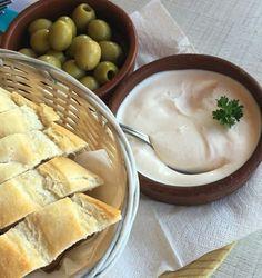 Aioli mit frischen Brot und Oliven