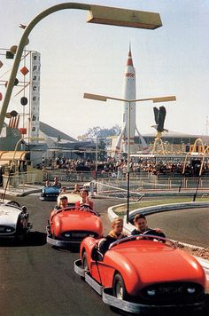 Vintage Cars Disneyland Tomorrowland guests race in fully-bumpered cars around the Autopia track (sans center rail) as the TWA Moonliner and Space Bar sign loom beyond the Richfield Eagle. Disney Rides, Disney Love, Disney Magic, Disney Parks, Walt Disney World, Disney Disney, Disneyland Photos, Disneyland California, Vintage Disneyland
