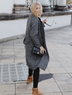 - uggs outfit - Look of The Day – ugly UGG in the city Ugg Boots Style, Outfits Ugg Boots, Ugg Mini Boots, Black Boots Outfit, Legging Outfits, Outfit Jeans, Ugg Classic Mini, Black Uggs, Mode Hijab