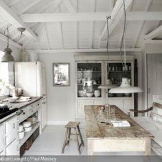 Der lange Küchentisch im Shabby Chic passt sich gut in die weiße Küche ein. Das lackierte Holz, welches abgesehen von Tisch und Hocker komplett in Shabby Weiß…