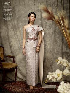 Fullrichbride's amazing Thai silver and dark pink traditional wedding dress worn by the amazingly beautiful Namtan Chaling Chalita Suansane น้ำตาล ชลิตา ส่วนเสน่ห์ งดงามในชุดแต่งงานของ Fullrichbride