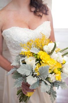 Cheery yellow and white bouquet by http://ideas-in-bloom.com | Photo by http://staceyhedman.com