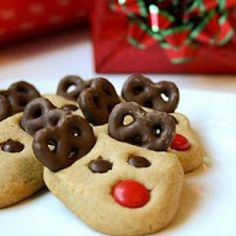 Peanut Butter Reindeer Cookies 27 Holiday Cookies That Are Almost Too Cute To Eat Cute Christmas Cookies, Reindeer Cookies, Holiday Cookies, Christmas Desserts, Holiday Treats, Christmas Treats, Holiday Recipes, Christmas Recipes, Christmas Reindeer Biscuits