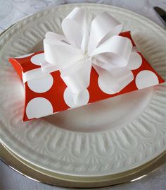 DIY Polka Dot Pillow Box - Easy to make - Template Included Printable Box, Printables, Creative Gifts, Cool Gifts, Pillow Box Template, Treat Holder, Treat Box, Gift Wraping, Box Patterns