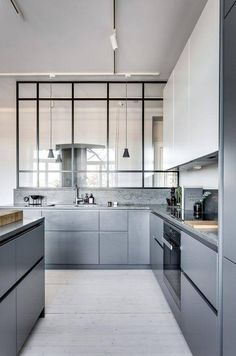 Grey kitchen ideas brings an excellent breakthrough idea in designing our kitchen. Grey kitchen color will make our kitchen look expensive and luxury. Modern Grey Kitchen, Gray And White Kitchen, Grey Kitchens, Cool Kitchens, Small Kitchens, Modern Farmhouse, Farmhouse Style, Kitchen Interior, New Kitchen
