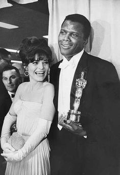 "(L-R) Actors Anne Bancroft and Sidney Poitier at the Academy Awards. Poitier won the Best Actor Award for the film ""Lilies of the Field,"" the first African-American to win the leading actor Oscar. Golden Age Of Hollywood, Hollywood Glamour, Hollywood Stars, Classic Hollywood, Vintage Hollywood, Anne Bancroft, Oscars, Jack Lemmon, Photo Star"