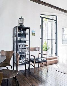 Medyczna szafka we francuskim apartamencie projektanta mody Martina Grantsa.