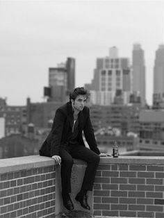I don't like Twilight, and I've never bothered to watch any of his other movies. Regardless, this photo of Robert Pattinson is pretty cool; I like the simple composition. Saga Twilight, Twilight Pics, Pretty People, Beautiful People, Sublime Creature, Fangirl, Foto Gif, Robert Douglas, Twilight Saga