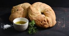Olive bread by Greek chef Akis Petretzikis. Make your own homemade olive bread quick and easy! It is absolutely delicious and perfect for breakfast or a snack! Confectionery Recipe, Mediterranean Breakfast, Olive Bread, Greek Recipes, Going Vegan, Bagel, Appetizers, Snacks, Meals