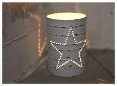 Une idée simple mais belle : ces jolies lanternes sont ajourées pour laisser passer une douce lumière en forme étoilée. En métal peint en blanc, leur aspect vieilli leur donne beaucoup de charme et leur forme rappelant un fût apporte une touche industrielle.