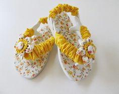 chinelo infantil customizado em tecido Baby Flip Flops, Kids Flip Flops, Flip Flop Shoes, Baby Slippers, Crochet Slippers, Crochet Flip Flops, Decorating Flip Flops, Baby Shoe Sizes, Knit Shoes