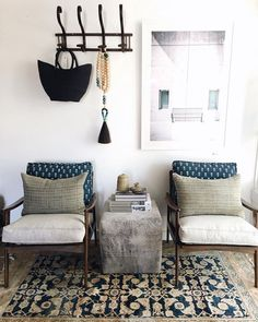 beautiful home decor. mid century modern chairs paired with boho styling - Home Decoration - Interior Design Ideas Interior Exterior, Home Interior, Style At Home, Deco Ethnic Chic, Boho Apartment, Decoration Hall, Living Room Decor, Living Spaces, Interior Design Minimalist