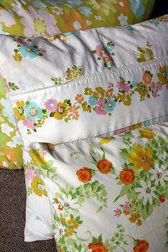 28 fabulous vintage sheets projects that you will love making for your home decor. Vintage sheets can make some beautiful home decor ideas for your quirky little haven. Click through to see 28 different ways in which you can upcycle old material Old Sheets, Vintage Sheets, Vintage Fabrics, Vintage Prints, Vintage Pillow Cases, Vintage Pillows, Vintage Bedding, Handmade Home Decor, Vintage Home Decor