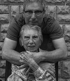 Il s'appelle Tony Luciani et cet artiste fait de l'art avec sa mère de 91 ans pour la faire sentir à nouveau jeune.