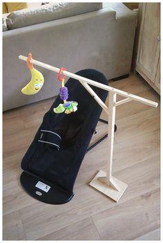 Support en bois pour accrocher de quoi divertir bébé quand il est dans son transat... J'ai aussi fait le même en plus grand pour son couffin...
