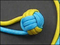 EXCELLENT video tutorials for decorative knots and bracelets.now I gotta get me some paracord. Rope Knots, Macrame Knots, Macrame Jewelry, Macrame Necklace, Yarn Crafts, Diy Crafts, Monkey Fist Knot, Types Of Knots, Decorative Knots