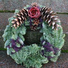 http://holmsundsblommor.blogspot.se/2011/10/gravsmyckning-med-vaxblomma.html Gravdekoration krans
