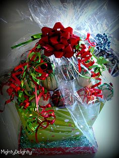 Cake pop holiday basket! Christmas Topiary, Christmas Wreaths, Merry Christmas, Christmas Ideas, Holiday Baskets, Gift Baskets, Cake Pedestal, Cupcake Cakes, Pastries