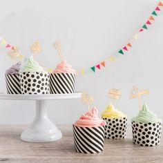 Vier pakjesavond met je gezin,familie of vrienden geheel in stijl met leuke cupcakes. En versier ze met deze leuke cupcake prikkers! Sinterklaasje kom maar binnen met je knecht! De cupcake prikkers zijn verkrijgbaar in hout en worden doormiddel van onze lasermachine uitgesneden.