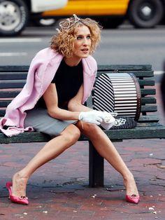 言わずと知れた大ヒットドラマ「セックス・アンド・ザ・シティ」のキャリー・ブラッドショーは大の靴オタク。こちらは、破産寸前まで買いすぎてしまうほど大好きな「マノロ ブラニク」のビジューミュールを履いた...