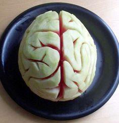 Skär av lite underdelen av en vattenmelon så att den ligger stadigt på ett underlag. (Skär inte fär mycket) Ska därefter av det gröna skalet på melonen, ta lite lager för lager. Poängen är att det gröna ska bort och det vita ska fram. När inget grönt finns kvar börjag du skära så djupt att det röda i melonen syns. Skär fram två hjärnhalvor och skulptera lite fritt.