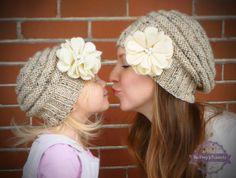 Esta mano mamá y yo juego set sombrero se hace del hilado de avena suave. Cuenta con un gran borde acanalado y gacho colmena leve. Los sombreros están adornados con flores de fieltro Marfil a mano con 3 manos de perlas cosidas en el centro de cada flor.  El sistema incluye 2 sombreros: * Sombrero de mujer uno - talla única Y * Un sombrero del bebé: 6-12 meses o Un sombrero de niño - OR (en la foto) 1-4 años Un niño sombrero - 4 años y hasta  Por favor, asegúrese de seleccionar bebé niño OR…