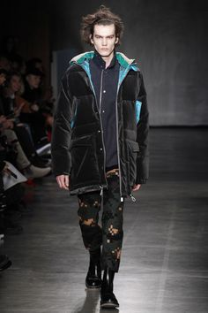 See the complete Sacai Fall 2017 Menswear collection.