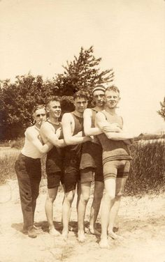 These vintage photos show Edwardian men in swimsuits that are pretty simple and funny.