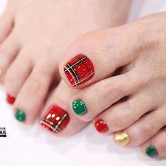 25 Amazing DIY Christmas Nail Arts >> www. Pedicure Nail Art, Toe Nail Art, Nail Art Diy, Christmas Present Nail Art, Diy Christmas Nail Art, Christmas Toes, Fancy Nails Designs, Toe Nail Designs, Nail Noel
