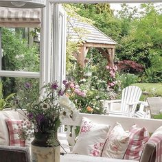 Shabby and Charme: Uno splendido cottage nei Cotswold Cute Cottage, Romantic Cottage, Shabby Chic Cottage, Cottage Style, Farmhouse Style, Cottage Patio, Cottage Living, Outdoor Rooms, Outdoor Living