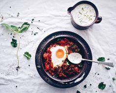 Chorizo–shakshuka ja korianterijogurtti