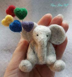 Needle felted elephant and balloons Needle Felted Animals, Felt Animals, Lã Merino, Needle Felting Tutorials, Wet Felting, Felt Hearts, Felt Flowers, Felt Toys, Felt Ornaments